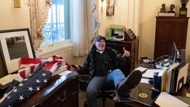 Investigan a una asaltante del Capitolio por robar el portátil de Pelosi para venderlo a la inteligencia rusa