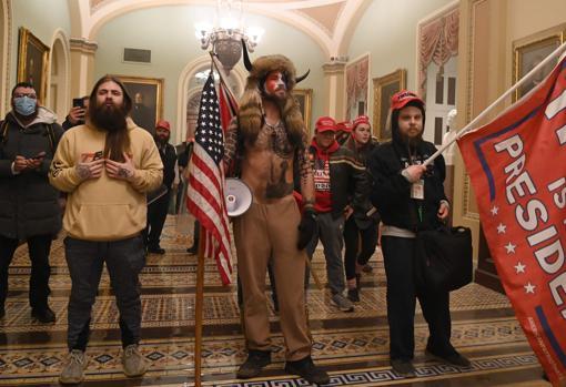 Vestido de búfalo, el radical Jake Agnelli, defensor de la teoría de conspiración QAnon, durante el asalto al Capitolio de EE.UU.