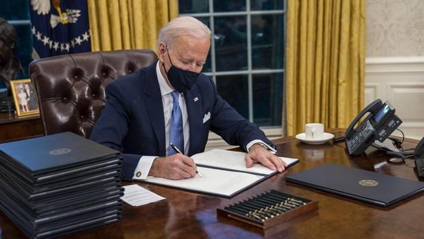 Biden comienza el cambio de rumbo frente a Trump con una batería de decretos