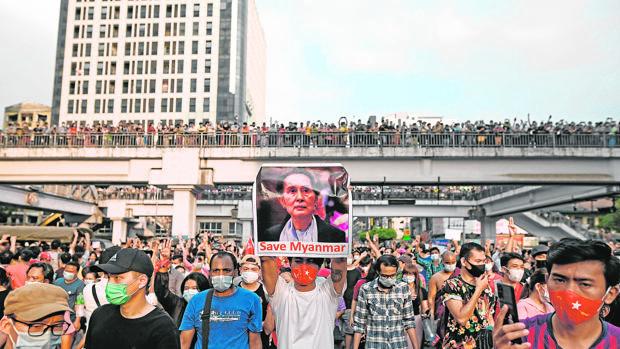 La Junta birmana corta internet y deja aislado al país tras el golpe
