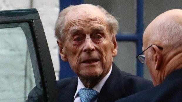 El duque de Edimburgo permanecerá en el hospital al menos hasta la próxima semana
