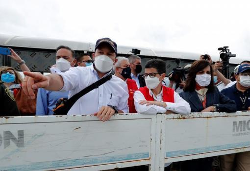 González Laya atiende las explicaciones del director de Migración Colombia, Juan Francisco Espinosa, a su llegada al Puente Internacional Simón Bolívar
