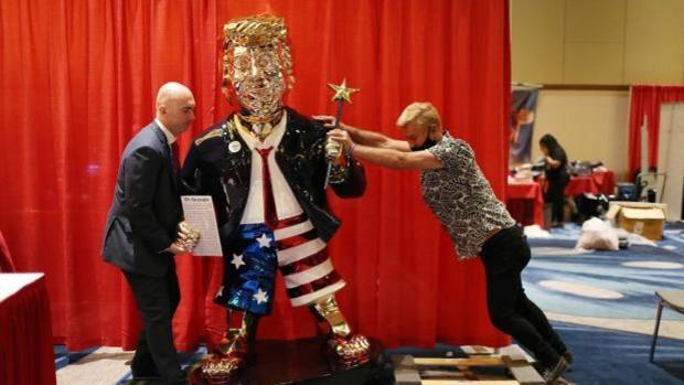 Una estatua dorada de Trump hecha en México, la otra estrella de la Conferencia conservadora