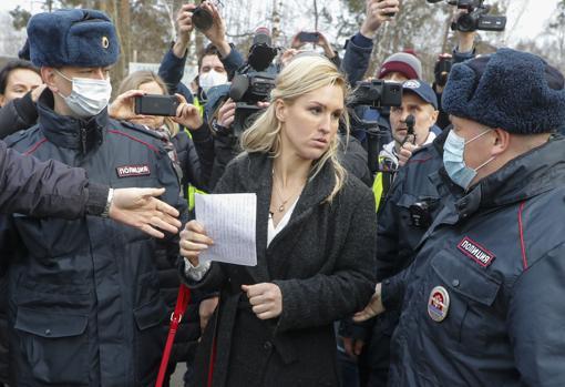 La doctora Anastasia Vasilyeva, detenida a las puertas de la colonia penitenciaria donde está recluido Navalni
