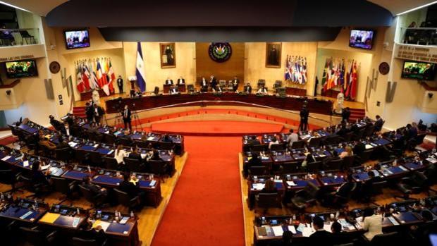 El Parlamento de El Salvador, controlado por el partido de Bukele,  destituye al Tribunal Supremo