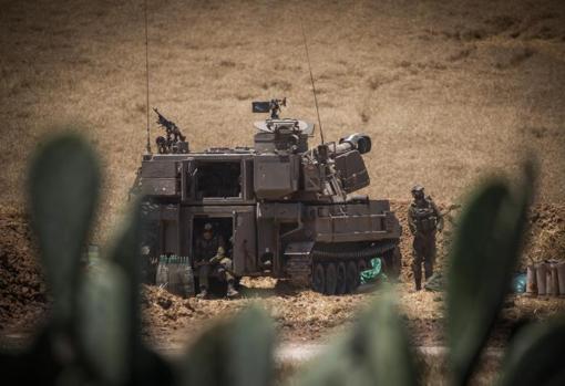 Soldados israelíes trabajan en una batería de artillería en la frontera de Gaza israelí