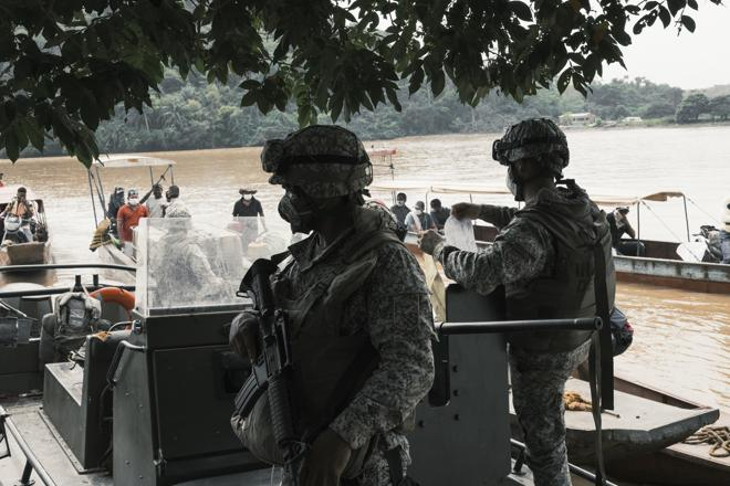 Una unidad de Infantería de la Marina de Colombia realiza un retén para controlar el trafico fluvial de mercancias y personas hacia la región minera del Alto Nechí