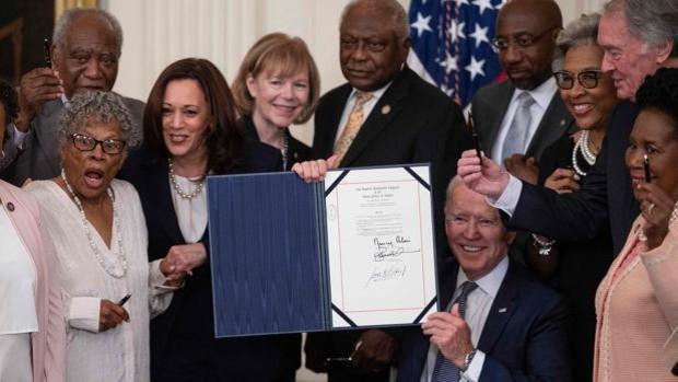 Biden firma un proyecto de ley para convertir el Día de la Emancipación en un festivo federal