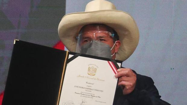 Castillo anuncia que renunciará a su sueldo como presidente de Perú y seguirá con el de maestro