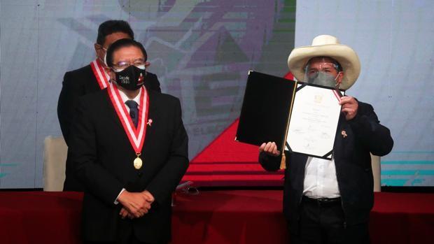 Camisa de fuerza para Castillo en Perú: crisis económica y minoría en el Congreso