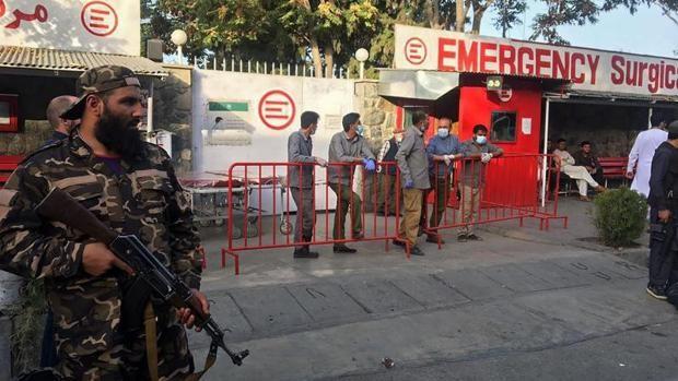 Un combatiente talibán, ante el personal médico de un hospital a la espera de recibir a víctimas de la explosión