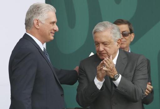 El presidente de Cuba, Miguel Díaz-Canel, y el presidente de México, Andrés Manuel López Obrador, en el desfile militar del 211 aniversario de la independencia mexicana