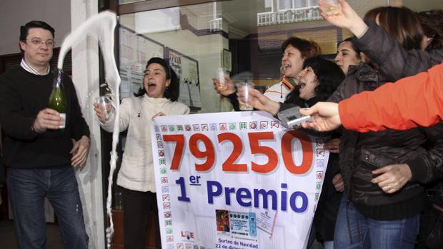 Los premiados celebran eufóricos el Gordo de la Lotería de Navidad en Palencia en 2010