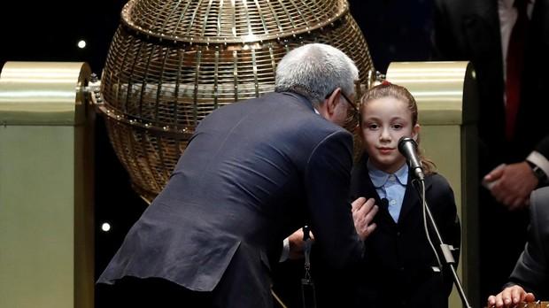Momento en el que piden a la pequeña Aya que cuide su voz
