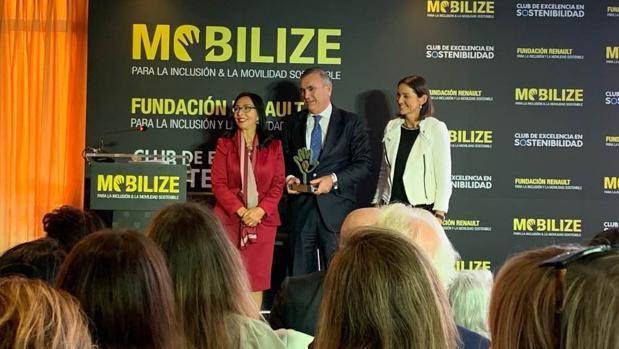 La ministra Reyes Maroto, junto a Borja Caravante, delegado de Medio Ambiente y Movilidad del Ayuntamiento de Madrid, y María Luisa de Contes, directora general de la Responsabilidad Social Corporativa del Grupo Renault