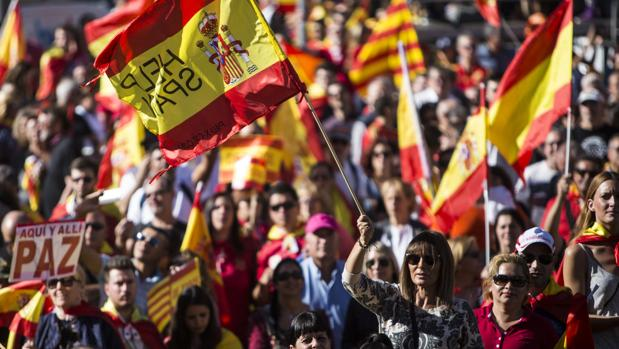 Manifestación a favor de la unidad de España en el Paseo de Gracia de Barcelona