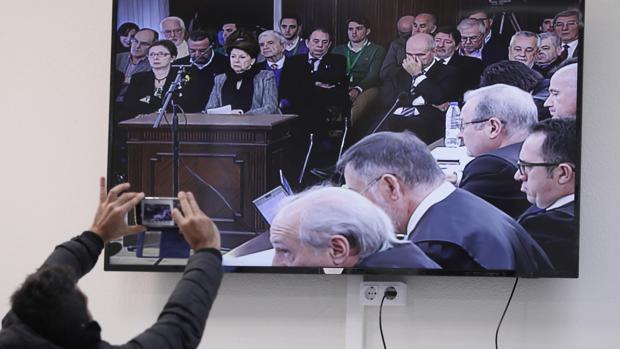 Un periodista fotografía el monitor de la sala de prensa instalada en la Audiencia de Sevilla