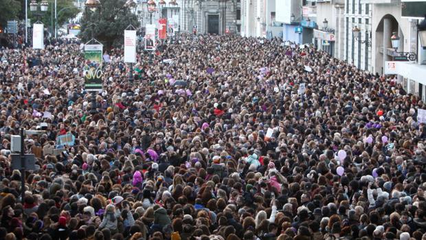Manifestación feminista con reivindicaciones en contra de la brecha salarial en La Coruña
