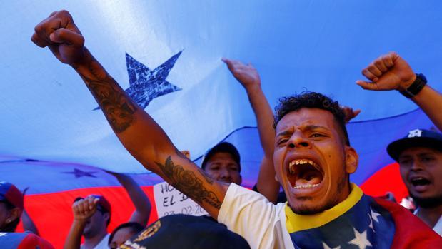 Simpatizantes de Guaidó durante una protesta para exigir a Maduro que permita la entrada de ayuda al país