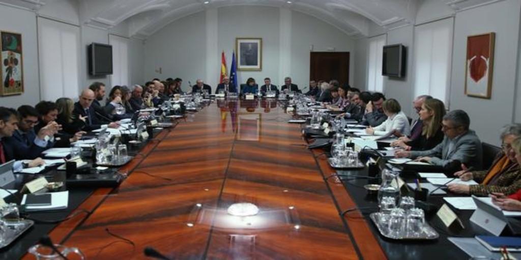 Cincuenta personas a la mesa para preparar el primer Consejo de Ministros