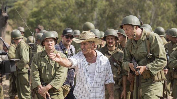 Mel Gibson da indicaciones a Vince Vaughn en el rodaje de «Hasta el último hombre»