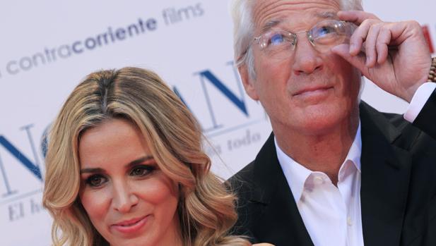 Richard Gere y su novia, Alejandra Silva, ayer en los Cines Callao