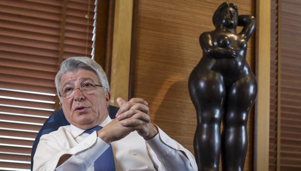 El presidente de Egeda y del Atlético de Madrid, en su despacho, durante la entrevista con ABC para analizar la situación del cine iberoamericano que esta noche celebra la gala de los Premios Platino