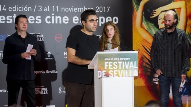 El director portugués Pedro Pinho, tras recibir el Giraldillo de Oro