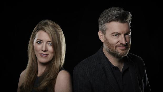 Annabel Jones y Charlie Brooker, las mentes pensantes de «Black Mirror»,