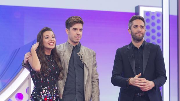 Ana Guerra y Roi, junto al presentador Roberto Leal, tras ser nominados en Operación Triunfo