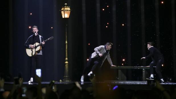 El cantante representante de Irlanda, Ryan O'Shaughnessy (i), interpreta 'Together' durante la primera semifinal