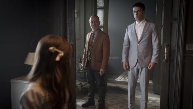 Márquez (Javier Gutiérrez) y el Enlace (Alejo Sauras) en la segunda temporada de «Estoy vivo»