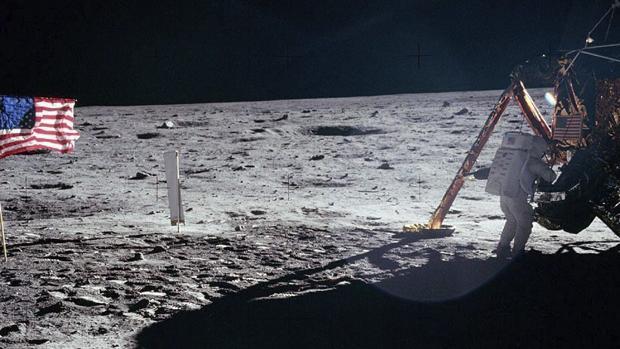 Fotografía de archivo tomada el 20 de julio de 1969 que muestra al astronauta estadounidense Neil Armstrong bajando del módulo lunar del Apolo XI en la superficie de la luna