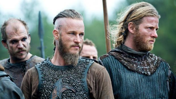 «Vikingos» es una de las series más exitosas de los últimos años. En la imagen, Ragnar (Travis Fimmel), Torstein (Jefferson Hall) y Floki (Gustaf Skarsgard)