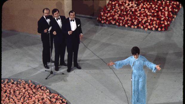 Salomé, interpreta «Vivo cantando»con Los Valldemosa en el escenario del Teatro Real, sede de Eurovisión 1969
