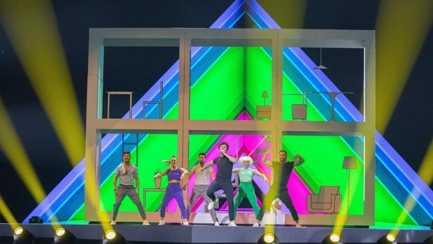 Primer ensayo de Miki y su cuerpo de baile sobre el escenario de Tel Aviv