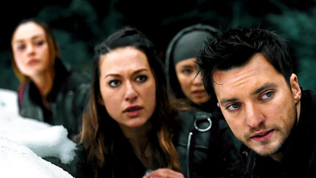 Tasya Teles (detrás) y Richard Harmon interprtetan a Echo y Murphy en «Los 100»