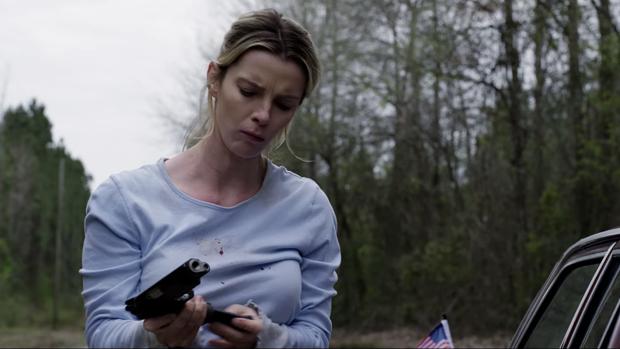 Betty Gilpin protagoniza la polémica película «The Hunt»