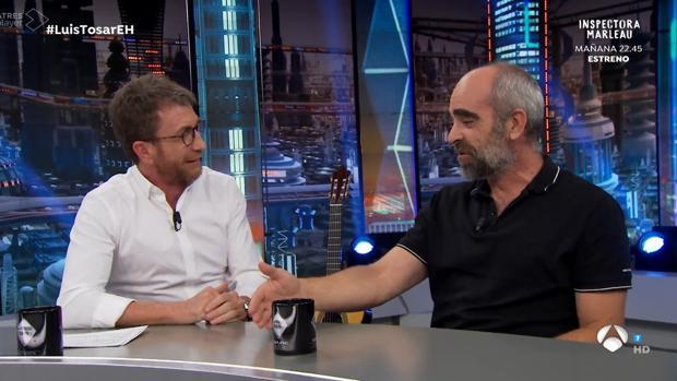 Luis Tosar junto a Pablo Motos en «El hormiguero»