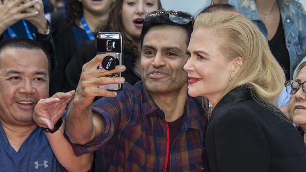 Nicole Kidman se hace un selfie con un admirador
