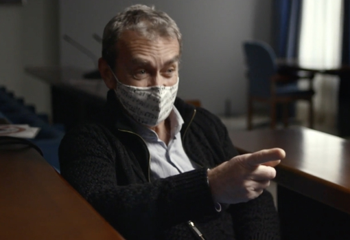 The doctor, wearing a mask, at the beginning of the interview