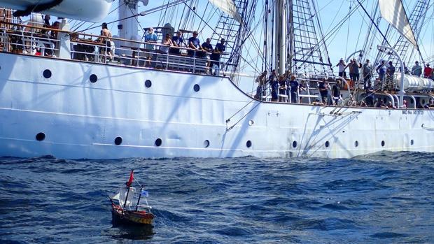 Imagen del barco de Playmobil junto a un navío lleno de turistas
