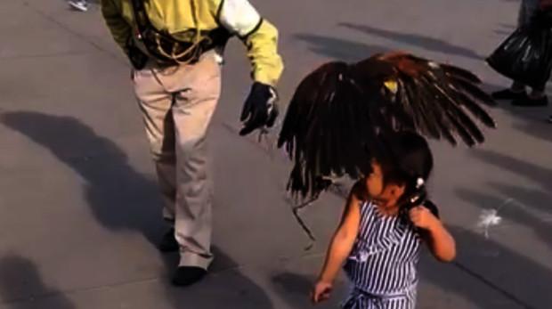 Momento en el que el águila se posa sobre la niña