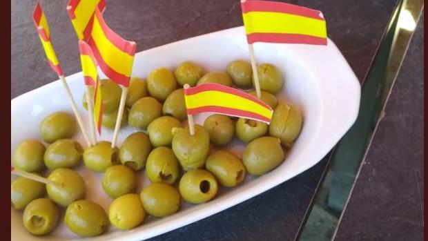 Un Independentista Denuncia Que Un Bar Madrileño Le Sirvió Aceitunas Con La Bandera Española