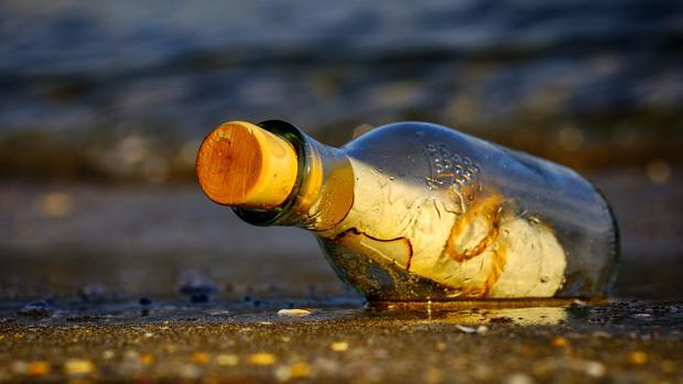 Imagen de archivo de un mensaje dentro de una botella