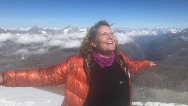 Chadia Chaouch, que pasó dos veces por un cáncer de mama, en la cima de la montaña
