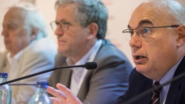 Los doctores Tabernero (d), Van Cutsem (c) y Dicato, han alertado del incremento de los casos de cáncer de páncreas