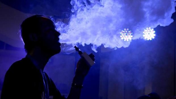 Una persona con una cigarrillo electrónico