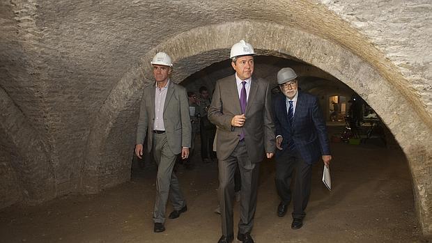 El alcalde, Juan Espadas, con Antonio Muñoz y Bernardo Bueno en el sótano excavado