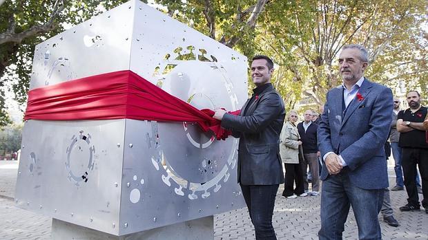 El delegado de Bienestar Social, Juan Manuel Flores, a la derecha, en la inauguración del monumento a las víctimas del Sida que se ha erigido en la Alameda, obra del artista Tony Lara